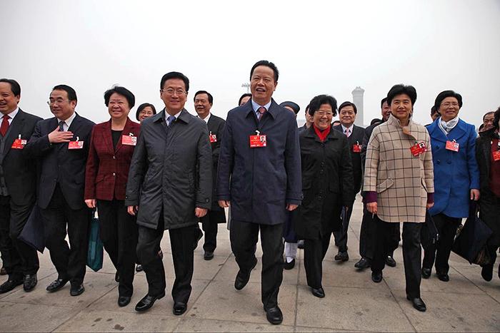 3.住鄂全国政协委员和列席人员,精神抖擞地进入会场