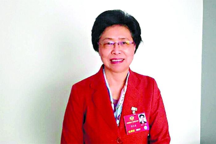 4.李仁真委员在驻地接受采访