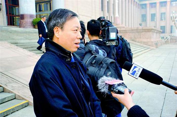 6.杨云彦委员正在接受采访