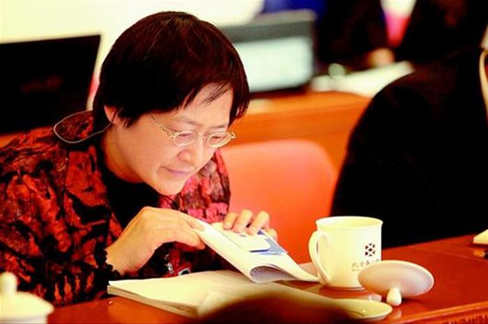 """8蒋惠园委员认真查阅""""十三五""""规划纲要(草案)相关内容"""